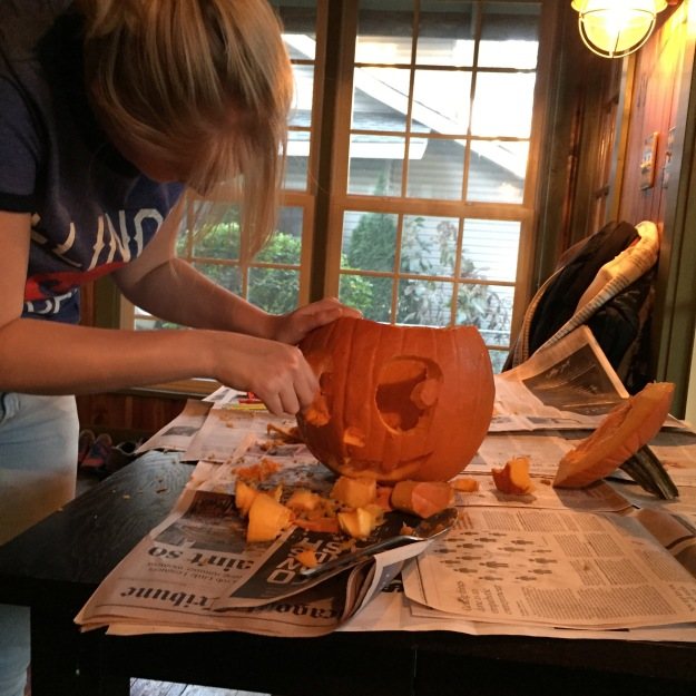 noemi-carves-a-pumpkin-3
